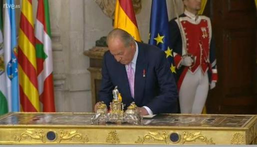 El Rey, firmando la ley que permite su abdicación.