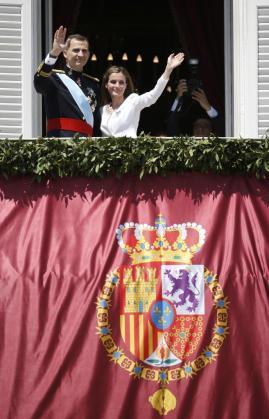 Los Reyes han saludado desde el balcón del Palacio Real.