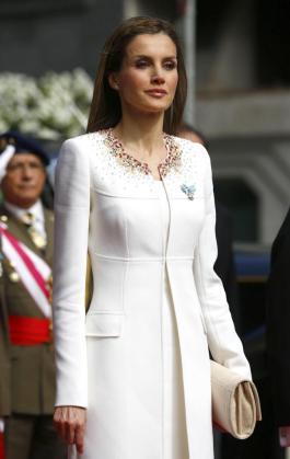 La Reina Doña Letizia, en blanco roto.
