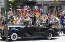 Felipe VI saluda a los ciudadanos.