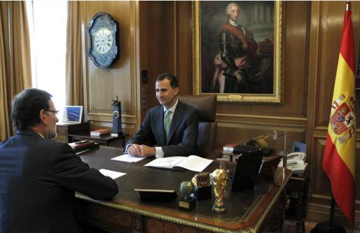 El rey Felipe VI ha recibido hoy en el Palacio de la Zarzuela al presidente del Gobierno, Mariano Rajoy.