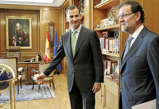GRA011. MADRID, 20/06/2014.- El rey Felipe VI ha recibido hoy en el Palacio de la Zarzuela al presidente del Gobierno, Mariano Rajoy (d), en el primer despacho que mantiene el nuevo Rey con el jefe del Ejecutivo. EFE/Sergio Barrenechea ***POOL***