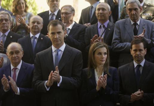 El rey Felipe y la reina Letizia aplauden después del minuto de silencio durante el acto en apoyo a las víctimas del terrorismo.