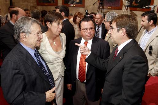El presidente de la CAEB, Josep Oliver; la consellera de Turisme i Treball, Joana Barceló, y el presidente de PIME, Juan Cabrera, con Antich.