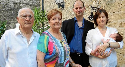 Biel Seguí, Catalina Torrandell, Joan Josep Cerdà, Joana Seguí y el pequeño Joan Cerdà.