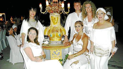 Mari Nova y Marga Mora. De pie: Rosse González, Bernardino Asenjo, Rosa Marín y María Xamena, ante una escultura cedida por el escultor John Cossi.