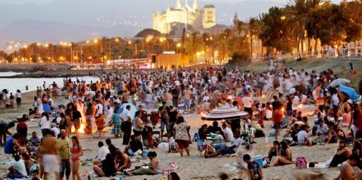 Miles de personas vivieron la noche más corta del año al calor de las hogueras en la playa.