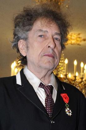 Fotografía facilitada por el ministerio de Cultura francés fechada el pasado 13 de noviembre de 2013 que muestra al cantante estadounidense Bob Dylan antes de recibir la medalla de la Legión de Honor en París, Francia.