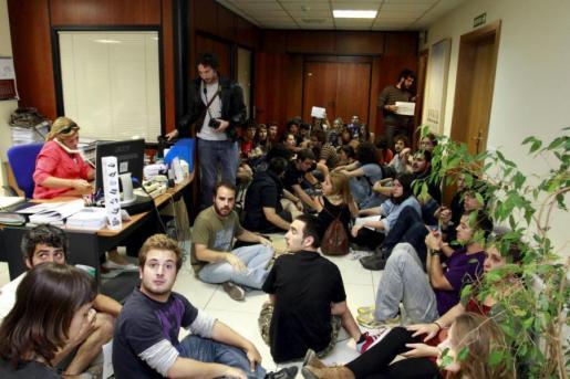 Un grupo de estudiantes protagonizó el 22 de mayo del pasado año la ocupación de la conselleria de Educació en protesta por los recortes en educación.