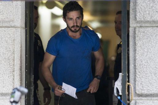 El actor Shia LaBeouf sale del Tribunal Comunitario del Centro de la Ciudad de Nueva York tras ser procesado.
