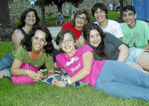 Angela Romero, María Figuerola y Laia Coll. Detrás: Amparo González, Lourdes Olivares, Ángel Fernández y Tomeu Capó.