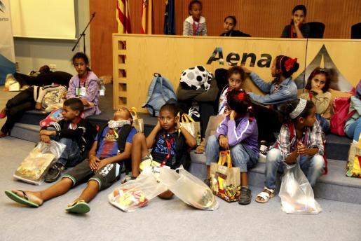 Los niños saharauis esperan en el aeropuerto a las familias con las que pasarán el verano.
