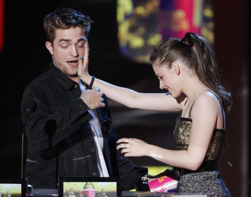 Robert Pattinson y Kristen Stewart recogiendo el galardón al Mejor Beso.