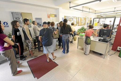Ciudadanos haciendo cola en la oficina del SOIB para presentar documentación.