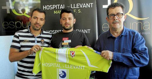 'Burrito' posa con su nueva elástica junto con el presidente del Manacor FS, Miquel Jaume, y José Tirado, director deportivo.