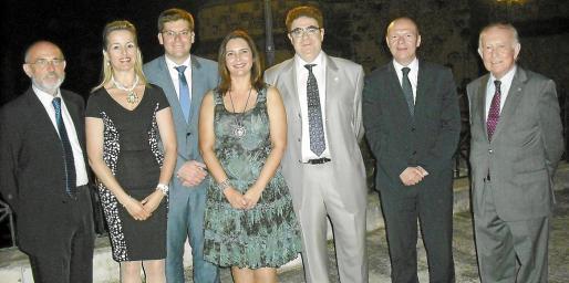Carlos Castillo, María Dolores Caldentey, Martí Sansaloni, Manuela García, Antoni Bennàssar, Miquel Tomás y Alfonso Ballesteros, en un momento del cóctel celebrado en la terraza.