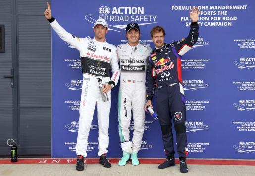 Los pilotos Jenson Button, Nico Rosberg y Sebastian Vettel, tras la sesión de clasificación del Gran Premio de Gran Bretaña.
