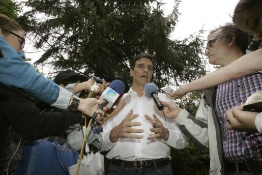 El candidato a la secretaría general del PSOE Pedro Sánchez comparece ante la prensa antes de un almuerzo con los militantes y simpatizantes de la comarca de Ferrolterra.
