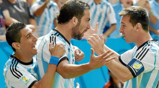 . Brasilia (Brazil), 05/07/2014.- Gonzalo Higuain (C) of Argentina celebrates with teammates Lionel Messi (R) and Angel Di Maria (L) after scoring the opening goal during the FIFA World Cup 2014 quarter final match between Argentina and Belgium at the Estadio Nacional in Brasilia, Brazil, 05 July 2014. (RESTRICTIONS APPLY: Editorial Use Only, not used in association with any commercial entity - Images must not be used in any form of alert service or push service of any kind including via mobile alert servi