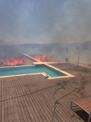 Las llamas estuvieron muy cerca de las viviendas.