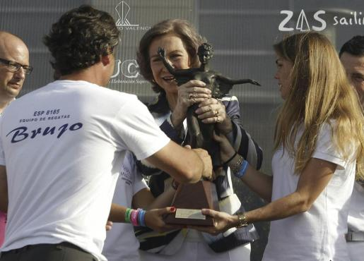 La reina Sofía hace entrega del trofeo de campeón al patrón de la embarcación 'Brujo', Federico Linares.