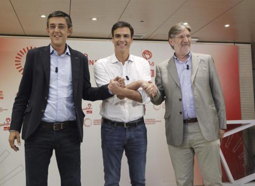 Los tres candidatos a la Secretaría General del PSOE, Eduardo Madina, Pedro Sánchez y Antonio Pérez Tapias (i-d), se dan la mano antes de su primer y único debate en la campaña para captar el voto de los militantes socialistas.