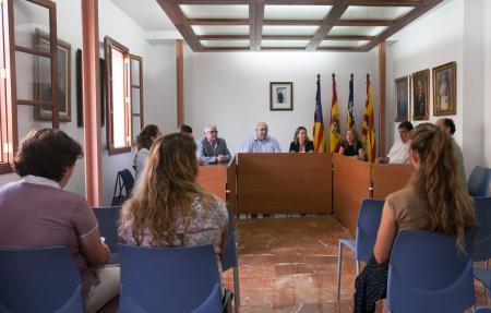 La presidenta del Consell de Mallorca durante su visita al ajuntament de Santa Eugènia.