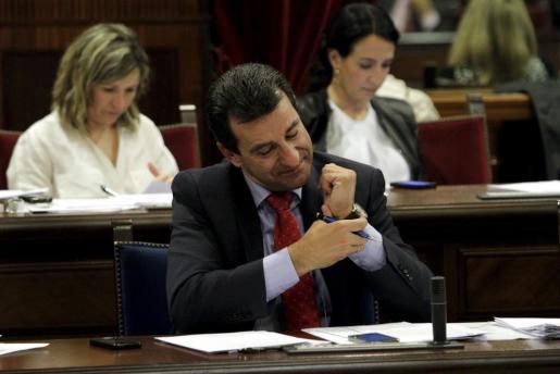 El conseller Biel Company durante una sesión parlamentaria.