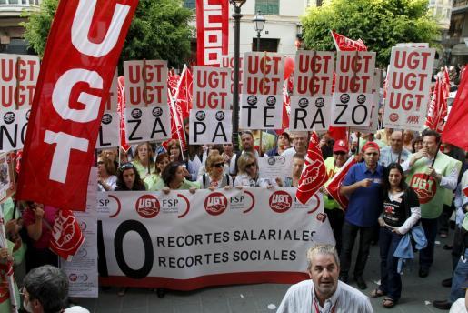 Más de medio millar de funcionarios salieron a la calle tras conocer las medidas de Zapatero.