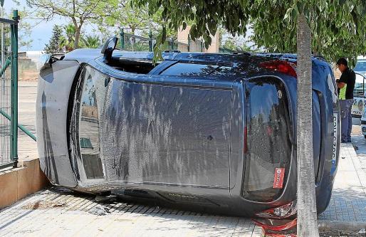 El vehículo siniestrado perdió el control, volcó y se llevó por delante dos vallas.