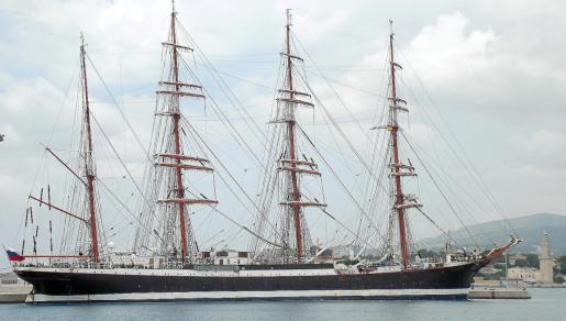 La estampa marinera del 'Sedov', atracado ahora en Palma, evoca la época romántica de los últimos grandes veleros de cuatro palos en las rutas oceánicas.