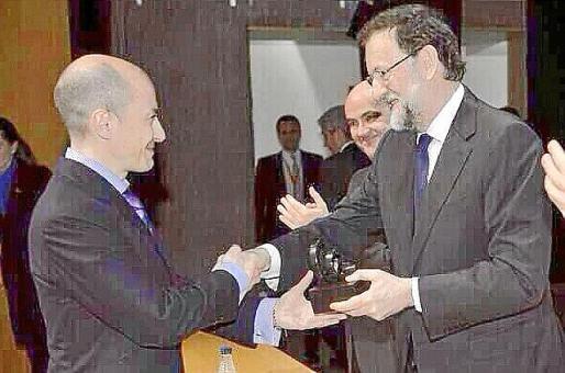 García, recogiendo el premio que ahora el Gobierno le ha retirado.