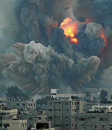 """ABS34. FRANJA DE GAZA, 08/07/2014.- Vista de una columna de humo tras un ataque israelí en el oeste de la Franja de Gaza, el 8 de julio del 2014. El gabinete de seguridad israelí ha decidido llamar a filas a 40.000 reservistas en preparación para una posible incursión terrestre en la franja de Gaza como parte de la ofensiva """"Margen Protector"""" iniciada ayer. EFE/Mohammed Saber ISRAEL LLAMA A 40.000 RESERVISTAS EN PREVISIÓN DE OFENSIVA TERRESTRE EN GAZA"""
