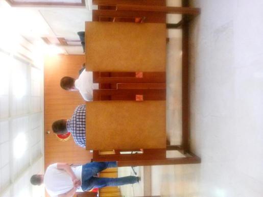 El acusado de narcotráfico (a la derecha), junto al intérprete en el banquillo.