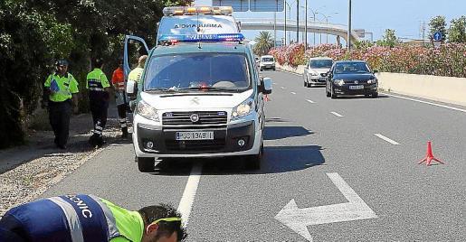 Al parecer, el ciclista cruzó los carriles y un coche que circulaba en su mismo sentido lo arrolló. A la derecha, estado en el que quedó la bicicleta.