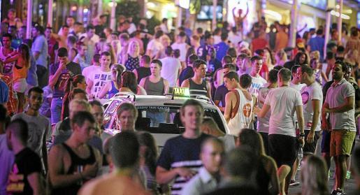 Miles de jóvenes participan cada noche en el conocido como 'pub crawling' que ofrecen los bares de Punta Ballena.