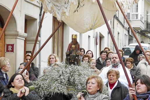 El rector Carmona acompaña a la imagen de la Mare de Déu con motivo del centenario de la parroquia.