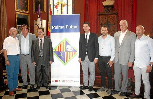 Pepe Tirado, Miquel Bestard, Miquel Jaume, Fernando Gilet, José Tirado, Damián Vich y el técnico Juanito, ayer.