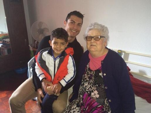 Esta es la foto que Cristiano Ronaldo ha publicado en su cuenta de Twitter como homenaje a su abuela. En ella, también sale su hijo.