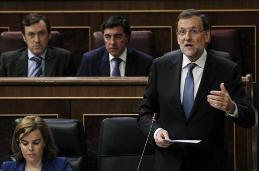 El presidente del Ejecutivo, Mariano Rajoy, junto a la vicepresidenta, Soraya Sáenz de Santamaría, durante una de sus intervenciones en la sesión de control al Ejecutivo celebrada este miércoles en el pleno del Congreso de los Diputados.