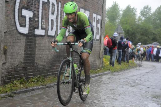 """El ciclista holandés Lars Boom, del equipo Belkin Procycling, en acción durante la quinta etapa del Tour de Francia, entre la ciudad belga de Ypres y la francesa de Arenberg, este miércoles 9 de julio de 2014. La etapa quedó en 152,5 kilómetros después de que dos de los nueve tramos de adoquines que tenían previsto afrontar los ciclistas fuesen suprimidos """"por motivos de seguridad"""" a causa de la lluvia."""