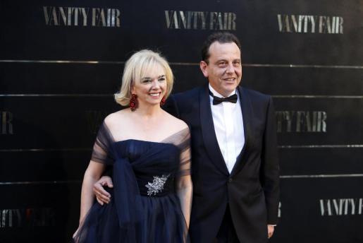 El fiscal anticorrupción de las Islas Baleares, Pedro Horrach, y su esposa Ana Zacher, posan a su llegada a la entrega del Premio Personaje del Año Vanity Fair 2014.