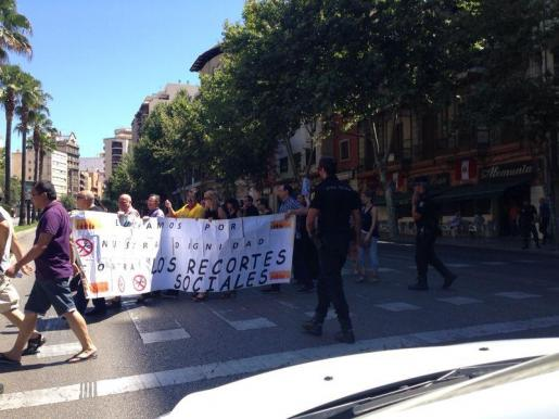Los convocados han recorrido algunas calles de Ciutat con una pancarta reivindicativa.