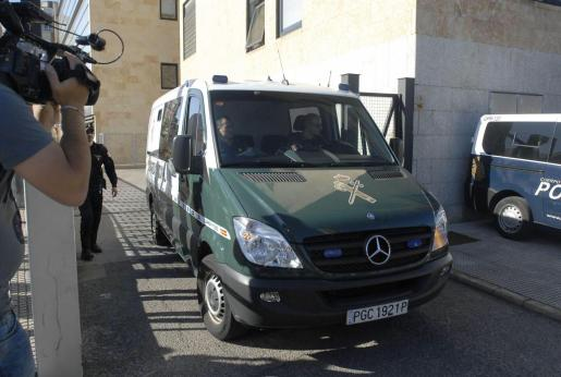 La policia local Raquel Gago, de 41 años, imputada por la muerte de la presidenta de la Diputación de León, Isabel Carrasco, abandona los juzgados en un furgón de la Guardia Civil.