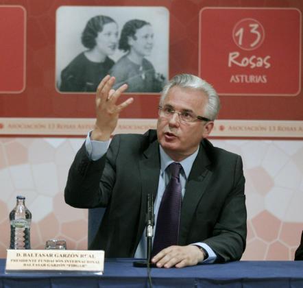 El exmagistrado Baltasar Garzón durante su intervención tras recoger el premio concedido por la Asociación 13 Rosas Asturias, en reconocimiento a su contribución a la memoria histórica y su defensa de los derechos humanos y la justicia universal.