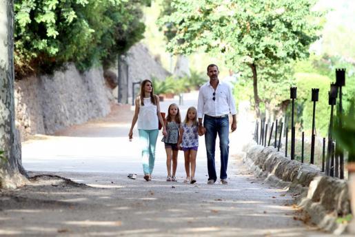 Doña Letizia y el rei Felipe, con sus hijas, paseando el verano pasado por la Granja de Esporles.