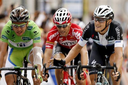 El ciclista italiano del equipo Omega Pharma Quick Step, Matteo Trentin (d), cruza la meta al final de la séptima etapa de la 101º edición del Tour de Francia, 234,5 kilómetros entre Epernay y Nancy, en Francia, este jueves, 10 de julio del 2014. El ciclista eslovaco del equipo Cannondale, Peter Sagan (i), acabó segundo y el francés del equipo Lotto Belisol, Tony Gallopin (c), terminó tercero.