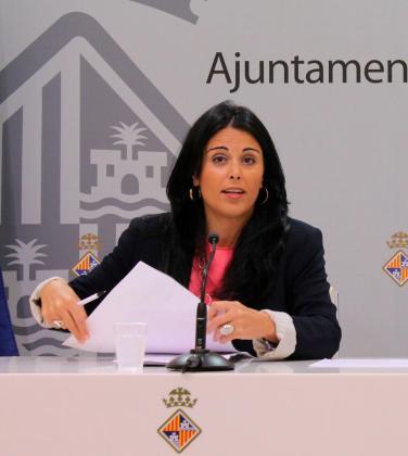 La teniente de alcalde de Comercio, Trabajo, Juventud y Participación, Esperanza Crespí, durante una intervención ante la prensa.
