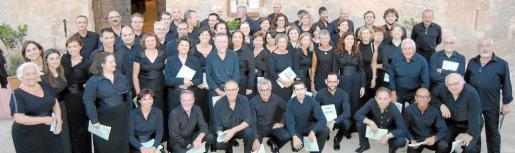 Todos los miembros de la Coral Universitat de les Illes Balears instantes antes de comenzar su actuación.