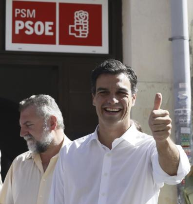 El candidato a la Secretaría General del PSOE Pedro Sánchez tras votar hoy en la Agrupación Socialista de Tetuan, en Madris.